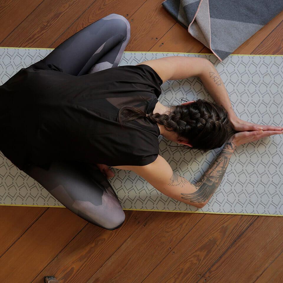 LAESSIG-Ratgeber-Asana-der-Woche-Die-Stellung-des-Kindes-Yoga-Love-Kollektion-1