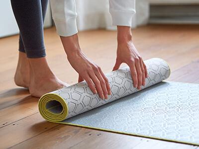 LAESSIG-Yoga-Asana-herabschauender-Hund-Anleitung-zum-Mitmachen-Yoga-Matte