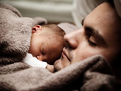 LAESSIG-Tipps-fuer-die-erste-Zeit-nach-der-Geburt-Papa