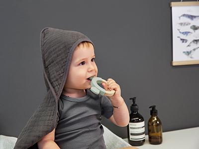 LAESSIG-Tipps-wenn-Baby-zahnen-wie-man-bei-schmerzen-helfen-kann-Teether-Beissring