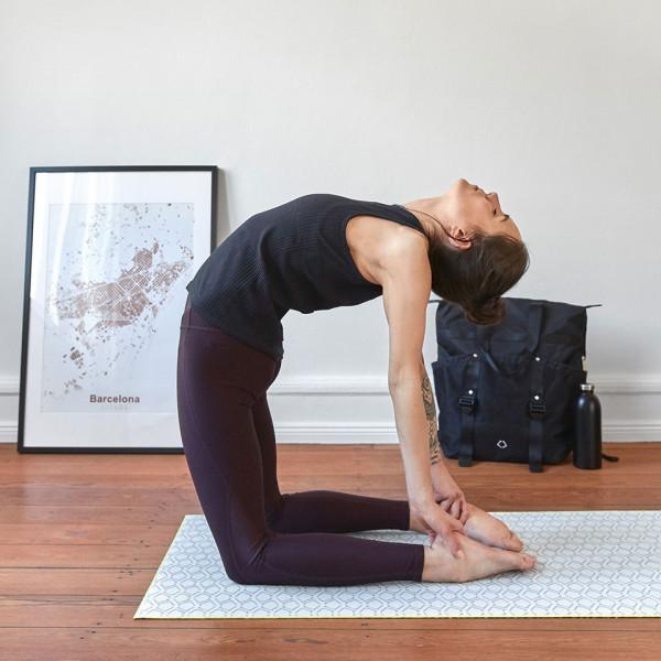 LAESSIG-Yoga-Love-Asana-der-Woche-Kamel-Yogamatte