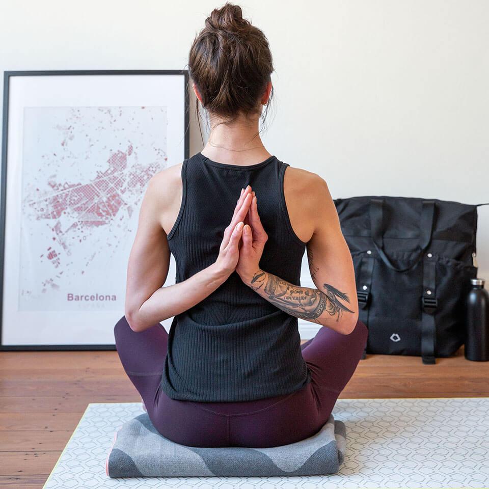 LAESSIG-Yoga-Love-Asanas-Gebetsposition-Yogauebungen-Rueckenbeschwerden