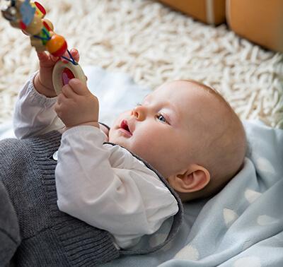 LAESSIG-Expertentipp-Baby-Erstausstattung-Greifring