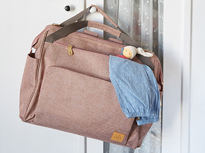 LAESSIG-Wickeltasche-Zwillingstasche-und-Weekender-unterwegs-mit-den-Zwillingen