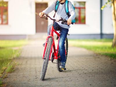 LAESSIG-Sicher-und-sichtbar-auf-dem-Schulweg-Fahrrad