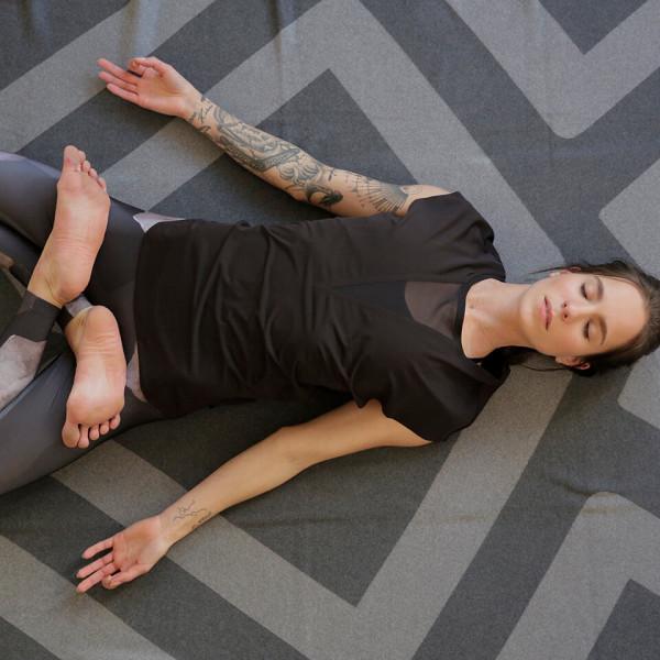 LAESSIG-Yoga-Asana-der-Woche-Der-liegende-Held